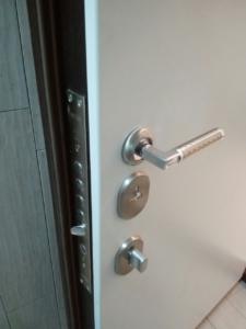 Замена и ремонт дверных ручек Киев